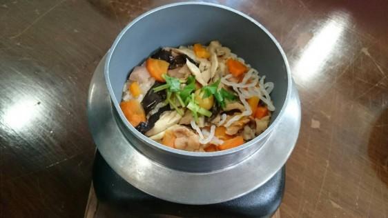 会津地鶏の釜飯です。